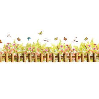 Hyggelig wallsticker med et lille hegn, blomster, sommerfugle mm