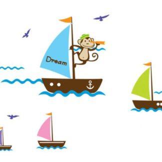 Sjov wallsticker med en sejlende abe samt ekstra skibe.