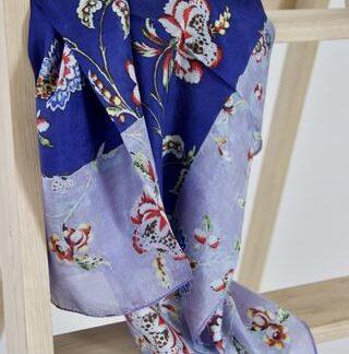 Indigo blåt silketørklæde med blomster
